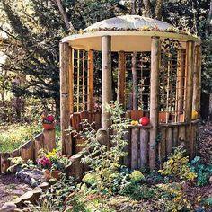 rustikaler holzpavillon aus geschnittenen Holzbalken