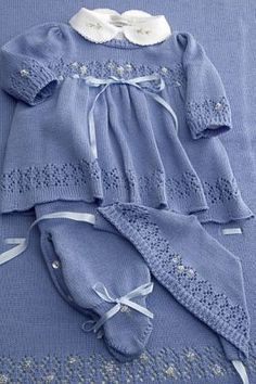 Conjuntinho de bebê para maternidade azul com detalhes e fitas de cetim Baby Outfits, Kids Outfits, Baby Sweater Knitting Pattern, Baby Knitting Patterns, Baby Girl Patterns, Hipster Babies, Knitted Baby Clothes, Knitwear Fashion, Baby Sweaters