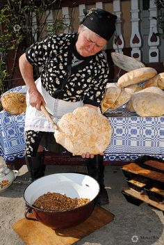Romania Bread Making Romania People, Romanian Revolution, Transylvania Romania, Romanian Food, Eastern Europe, People Around The World, Bread Baking, Pain, Street Food