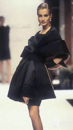 Karen Mulder - Christian Dior, Autumn-Winter Couture Women's Jewelry - Original article and pictures take https. Dior Fashion, Couture Fashion, Runway Fashion, Fashion Show, Womens Fashion, Fashion Design, Dior Haute Couture, Christian Dior Couture, Vintage Couture