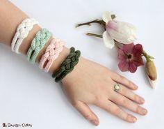 "Items similar to French knitted cotton bracelet - ""Shabby chic"" on Etsy Bracelet Crochet, Spool Knitting, Finger Knitting, Yarn Crafts, Knitting Projects, Etsy, Knitting Patterns, Handmade Jewelry, Bracelets"
