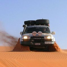 Toyota Land Cruiser 80 series rippin through the sand