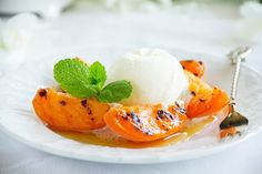 Le pesche alla griglia con gelato e miele sono pronte in pochissimi minuti, e sicuramente piaceranno a tutti i vostri commensali.