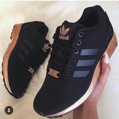 Tênis Adidas preto e ouro rosê