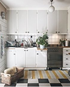 There is no question that designing a new kitchen layout for a large kitchen is much easier than for a small kitchen. A large kitchen provides a designer with adequate space to incorporate many convenient kitchen accessories such as wall ovens, raised. Diy Kitchen Decor, Kitchen Interior, Kitchen Design Small, Vintage Kitchen, Kitchen Decor, Home Kitchens, Kitchen Layout, Kitchen Technology, Kitchen Design