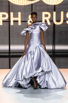 """Haute Couture Glamour: Ralph and Russo - Feminine, luxurious, with sparkles and feathers. this latest couture collection from Ralph and Russo is reminiscent of the """"Old Hollywood Glamour"""" days. Ralph & Russo, Vogue Russia, Fashion Show Collection, Couture Collection, Beautiful Gowns, Beautiful Outfits, Prom Dress Couture, Vestidos Fashion, Spring Couture"""