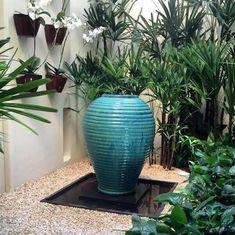 Vaso Vietnamita: +68 Modelos Grandes e Lindos Para Usar na Decoração Garden Makeover, Antique Stoneware, Planter Pots, Planter Ideas, Yard, Antiques, Gardening, Products, Green Vase