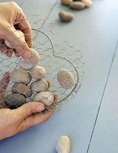 Budeme potrebovať: hrubý pevný drôt záhradný drôt drôtené pletivo kamienky kliešte  Postup: Zpevného drôtu vyformujeme základnú konštrukciu v tvare srdca. Konce spojíme záhradným drôtom pomocou klieští. Podľa drôtenej konštrukcie vystrihneme zpletiva 2 srdcia – nestriháme tesne pri kraji, ale nechávame rezervu 1 – 2 cm od okraja. Srdcia zpletiva pripevníme ku konštrukcií záhradným drôtom…