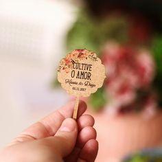 Romance+-+Tag+madeira+lembrança+-+espetar++-+Produto:Tag+de+madeira+para+espetar+-+usar+em+lembranças.+Onde+usar?Para+lembrancinhas+ou+decoração.+Fica+lindo+em+plantinhas+e+suculentas. BAIXE+AQUI+a+lista+para+preenchimento.+Depois+anexe+essa+lista+no+momento+da+compra. Suculentas Diy, Boho Wedding, Marriage, Bride, Handmade, Romance, Glamour, Wedding Messages, Wedding Things