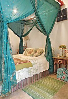 Cores fortes, vistosos tecidos e ícones religiosos são referências indianas presentes no apartamento da artista plástica Nani. No estiloso quarto, o mosquiteiro está preso a uma estrutura junto ao teto