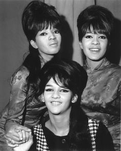 The Ronettes: Galeria de fotos The Ronettes 60s Music, Music Icon, Soul Music, The Ronettes, Ebony Hair, Ronnie Spector, Wall Of Sound, American Bandstand, Thing 1