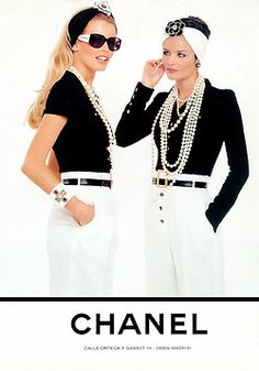 """"""" Chanel S/S 1995 Model : Claudia Schiffer & Helena Christensen """" 1990s Fashion Trends, Fashion Week, Look Fashion, Fashion Design, Chanel Couture, Claudia Schiffer, Vintage Chanel, Vintage Pearls, Mode Outfits"""