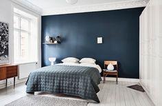 J'ai craqué pour cette chambre au mur bleu, profond qui habille le style scandinave minimaliste et le parquet blanchi à la perfection