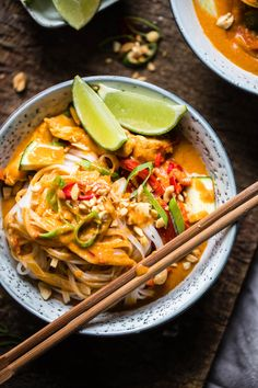 Kyllingcurry med peanøtter og nudler - Ida Gran Jansen Peanut Curry, Asian Stir Fry, Asian Recipes, Ethnic Recipes, Food Photography Styling, Rice Noodles, Food Cravings, Snacks, Thai Red Curry