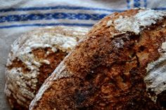 Närbild på två bröd som ligger på varandra. Natt, Bread, Food, Breads, Baking, Meals, Yemek, Sandwich Loaf, Eten