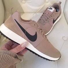 Wheretoget - Tan nude Nike sneakers
