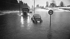 BERYKTET: Straumevegen i Fana var beryktet. Her en skrekkscene fra februar 1973. Den forlatte Boblen flyter med strømmen. 12th Century, The St, Capital City, Bergen, West Coast, Norway, Medieval, Survival, Mountains