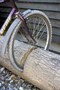 Een boomstronk als fietsenhouder