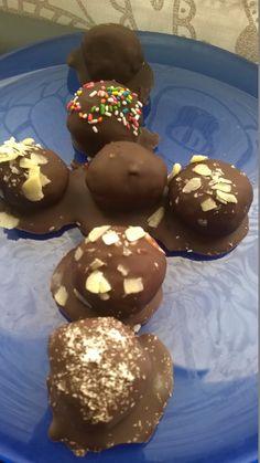 Νηστίσιμα Σoκολατένια χαλβαδάκια με ινδοκαρυδο, ταχίνι ή σκέτα! | The Kitchen Food Network, Food Network Recipes, Doughnut, Baking Recipes, Food And Drink, Treats, Cookies, Chocolate, Desserts