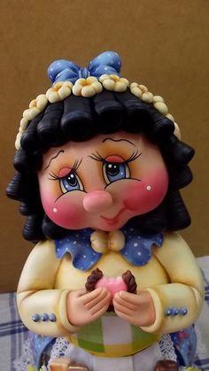 Pote de 2 L trabalhado em biscuit em forma de menina comendo bolacha.