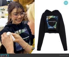 Sarah Hyland's black cropped graphic hoodie on Modern Family Modern Family Sarah Hyland, Modern Family Haley, Modern Family Episodes, Other Outfits, Family Outfits, Cute Outfits, Victoria Secret Fashion, Christian Siriano, Get Dressed