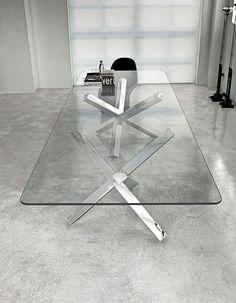 Aikido two bases by SOVET ITALIA. Tavolo moderno con basi in legno, varie finiture, o in metallo cromato lucido. Top in vetro temperato trasparente, disponibile anche nella versione laccata, vari colori.
