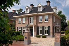 Deze zogenaamde 'Patriciërswoning' is geheel in stijl opgebouwd. Alle specifieke kenmerken van dit type villa's zijn erin verwerkt. Villas, Entry Stairs, American Houses, House Inside, Dream House Exterior, Prefab Homes, Facade House, Home And Deco, Classic House