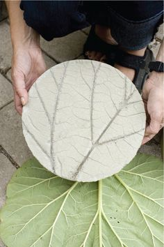 Love these stepping stones, all it requires is one of nature's best patterns – the leaf! Garden Crafts, Diy Garden, Dream Garden, Garden Art, Home And Garden, Garden Projects, Garden Tiles, Diy Projects, Garden Steps