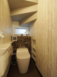 階段下のスペースを活用したトイレは、省スペースとなるタンクレストイレを採用。 内装は、ブルックリンスタイルをテーマにこれから、小物等でコーディネートされていきます。 階段下のスペースも、収納として有効活用します。 Half Baths, Under Stairs, Powder Room, Toilet, Interior Design, Space, Bathroom, Architecture, Simple