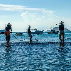 Conheça Búzios, no Rio de Janeiro, e suas mais de 20 praias, com vegetação variada, formatos, temperatura da água e características únicas, algumas como verdadeiras piscinas naturais, outras com ondas radicais, ideais para a prática esportiva. Na foto, pescadores da cidade, registro do fotógrafo Marte Oliveira.