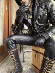 Mens Leather Pants, Tight Leather Pants, Leather Gloves, Mens Boots Fashion, Leather Fashion, Bike Leathers, Leder Outfits, Scruffy Men, Fashion Moda