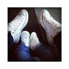 Harry Styles and Baby Lux awwwwe that's sooo cuuuteeee! Baby Lux, Baby Boy Swag, Converse Chucks, Baby Converse, Converse Style, Converse All Star, White Converse, Harry And Lux, Foto Baby