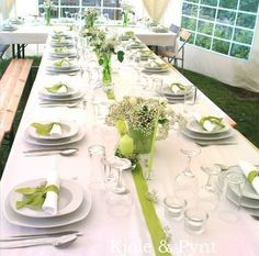 what are these white flowers called ! For us, not green vases because of ivy what are these white flowers called ! For us, not green vases because of ivy Wedding Table Deco, Deco Table, Table Setting Design, Table Settings, School Decorations, Table Decorations, Vase Vert, Winter Flowers, Table Arrangements