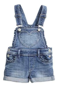 H&M blue denim bib shorts Little Girl Fashion, Toddler Fashion, Kids Fashion, Short Fille, Blue Overalls, Short Overalls, Dungarees, Salopette Jeans, Patch Jeans