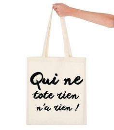 """Tote the bag reprend des expressions de tous les jours en les adaptants avec le mot """"Tote"""" ! Vous allez faire sensation à coup sûr avec ce sac de shopping. Ici """"Qui ne tote rien n'a rien""""."""