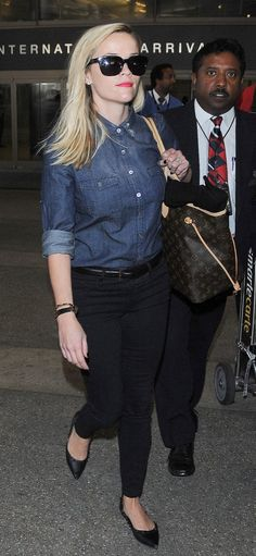 Pin for Later: 91 Style Tips to Steal From the Airport's Best Dressed Celebs Reese Witherspoon proved the only thing you really need to make your travel style pop is a hint of red lipstick. Fashion Mode, Star Fashion, Look Fashion, Trendy Fashion, Fashion Tips, Fashion Photo, Trendy Style, Fashion Ideas, Celebrity Airport Style