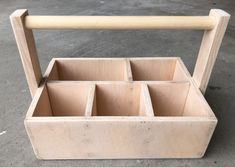This wood caddy makes it easy and convenient to hold utensils, napkins, and salt and pepper shakers for your outdoor patio parties. This is an easy build with just the right amount of a rustic touch. Silverware Caddy, Utensil Caddy, Diy Party Utensil Holder, Small Wood Projects, Outdoor Projects, Craft Projects, Craft Ideas, Diy Holz, Amigurumi