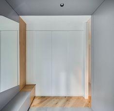 Дом The Greywall от YCL studio в Вильнюсе скрывается за сплошной бетонной оградой. Эта стена, продолжая тему серого через всю квартиру, становится частью интерьера и границей между общим пространством и природой. Входя в здание, можно встретить все три компонента, использованные во внутренней отд...