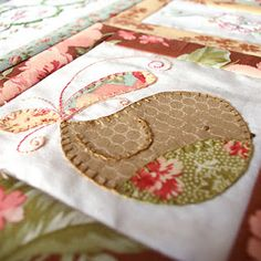 shake your tail feathers block....got to be a Natalie Lymer...Cinderberry Stitches pattern....love her designs Birds Sewing, Feather Block, Baby Quilts, Little Birds, Sewing Birds, Bird Appliqu, Quilt Blocks, Feather Quilts, Bird Quilt