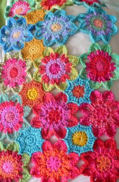 Beautiful, spring looking crochet blooms - the pattern is via The Flower Bed
