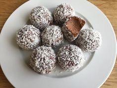 Delicatobollar - Såhär gör du hemgjorda och krämiga Delicatobollar Raw Food Recipes, Sweet Recipes, Baking Recipes, Snack Recipes, Dessert Recipes, Köstliche Desserts, Delicious Desserts, Yummy Food, Grandma Cookies