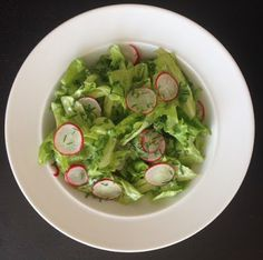 VIDA FELIZ: na Horta: Receitas das Colheitas: Salada com ALFACE ICEBERG, RABANETES II e um toque especial de CEBOLINHO