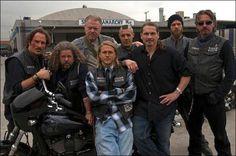 The crew Jax Teller sons of anarchy SOA season 1 good times Serie Sons Of Anarchy, Sons Of Anarchy Samcro, Soa Cast, Anarchy Quotes, Sons Of Anarchy Motorcycles, Ryan Hurst, Charlie Hunnam Soa, Jax Teller, Por Tv
