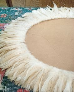 Simple directions for making this absolutely gorgeous DIY juju hat feather wall hanging. Diy Juju Hat, Diy Hat, Diy Deco Rangement, Feather Wall Decor, Feather Hat, Feather Wreath, Hat Tutorial, Deco Boheme, Boho Diy
