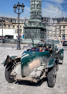 Bentley 4,5L   Encore dans son jus de route, place Vendôme, à l'arrivée du Pékin-Paris 2013