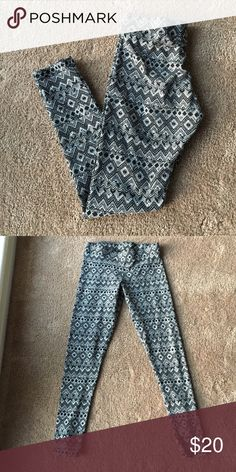 NWOT American Eagle leggings These are amazing American Eagle leggings size medium. I never wore them and they were just bought a few months ago. They're perfect for the holiday season! I ❤️ offers! American Eagle Outfitters Pants Leggings