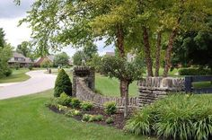 This would make a great entrance to our driveway. building stone walls and yard landscaping ideas Entrance Signage, Driveway Entrance, Entrance Design, Entrance Ideas, Entrance Gates, Wall Picture Design, Stone Wall Design, Picture Wall, Front Entry Landscaping