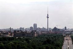 1976 West-Berlin - Blick von Siegessäule auf Reichstagsgebäude (West-Berlin), Berlin-Mitte mit Brandenburger Tor und Berliner Fernsehturm (Ost-Belin).  ☺
