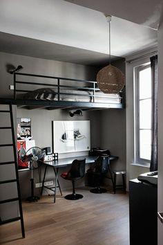 parquet en couleur taupe, plafond en blanc, lit avec garde-corps en métal noir, échelle noire, superposé au-dessus du bureau, déco chambre étudiant, deux chaises noires, luminaire boule en fils de tissu beiges