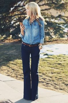 Jeans + jeans de maneira corretíssima. A calça flare em tonalidade escura é ótima para disfarçar quadris mais largos.